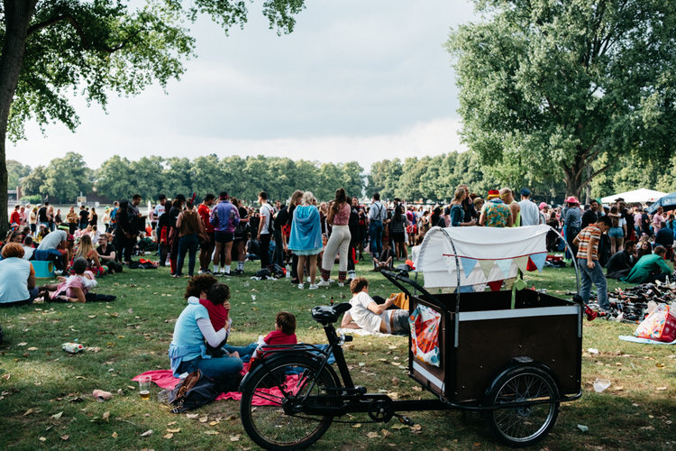 Menschen am Aachener Weiher zu Jeck im Sunnesching.